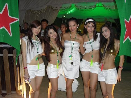Na Praia com as garotas Heinekens