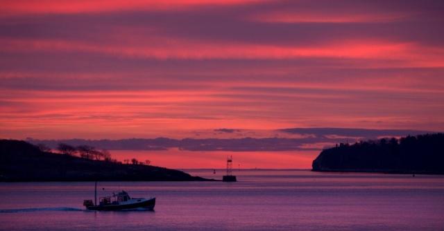 barco-navega-durante-o-nascer-do-sol-no-estado-de-maine-nos-estados-unidos-em-7-de-dezembro-o-ceu-vermelho-geralmente-indica-que-tempestades-virao-ao-longo-do-dia-1355325197341_956x500